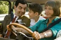 Mr. Bean (Rowan Atkinson, links) will an den Strand und braucht dazu Stepan (Max Baldry) und die Hilfe von Sabine (Emma de Caunes).