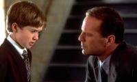 Der Arzt Malcolm (Bruce Willis) will dem kleinen Cole (Haley Joel Osment) sein dunkles Geheimnis entlocken.