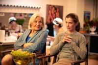 Gemeinsam mit ihrer Schwiegermutter (Maria Ehrich) muss Marie (Valerie Niehaus) eine Pornofirma vor der Pleite retten.
