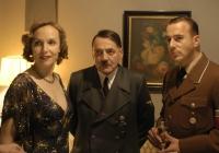 Adolf Hitler (Bruno Ganz, Mitte) weigert sich trotz der näher rückenden Gegner, Berlin zu verlassen.