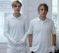 Peter (Brady Corbet, rechts) und Paul (Michael Pitt) terrorisieren eine Familie.