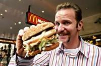 Morgan Spurlock untersucht, was eine strenge McDonald's-Diät aus ihm macht.