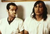 R.P. McMurphy (Jack Nicholson, links) will dem Häuptling (Sill Sampson) wieder Mut machen.