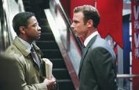Major Marco (Denzel Washington, links) glaubt, ein Komplott um seinen Ex-Kameraden Raymond Shaw (Liev Schreiber) aufgedeckt zu haben.