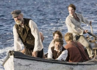 Kapitän Ahab (William Hurt, vorne) hat dem weißen Wal Rache geschworen.