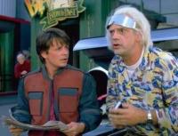 Marty McFly (Michael J. Fox) und Doc Brown (Christopher Lloyd, rechts) wollen einen Fehler im Jahr 2015 korrigieren.