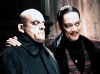 Gomez Addams (Raul Julia, rechts) glaubt, seinen Bruder Fester (Christopher Lloyd) wieder gefunden zu haben.