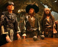 Elizabeth Swann (Keira Knightley), Captain Hector Barbossa (Geoffrey Rush) und Captain Jack Sparrow (Johnny Depp, von links) wollen sich zusammenschließen.