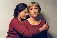 Jola (Grazyna Szapolowska) sucht bei Dora (Dagmar Manzel) Unterschlupf.