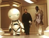 Arthur Dent (Martin Freeman) sucht mit seinem Freund Ford Prefect (Mos Def, rechts) nach der großen Frage.