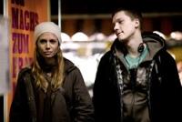Simone (Nadeshda Brennicke) wird heftig vom frechen Matte (Jacob Matschenz) umworben.