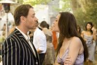 Max Skinner (Russell Crowe) versucht, die Kellnerin Fanny Chenal (Marion Cotillard) für sich zu gewinnen.