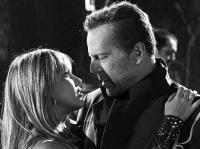 John Hartigan (Bruce Willis) hat Nancy Callahan (Jessica Alba) das Leben gerettet.