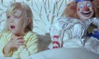 Carol-Anne (Heather O'Rourke) hört seltsame Stimmen.