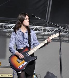 Laura Mary von den Blood Red Shoes staunt über die Möglichkeiten einer Gitarre.