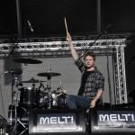 Steven Ansell erklärt noch einmal, wie man ein Schlagzeug bedient.