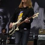 Bassist Arni Hjörvar schien das Set am frühen Abend zu genießen.