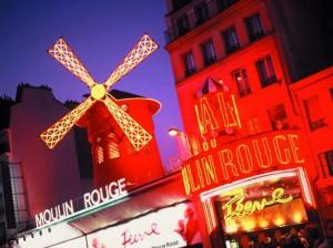 Seit 1889 steht das Moulin Rouge am Place Pigalle und ist zum Tempel des Cabaret geworden. Foto: Atout France/Moulin Rouge