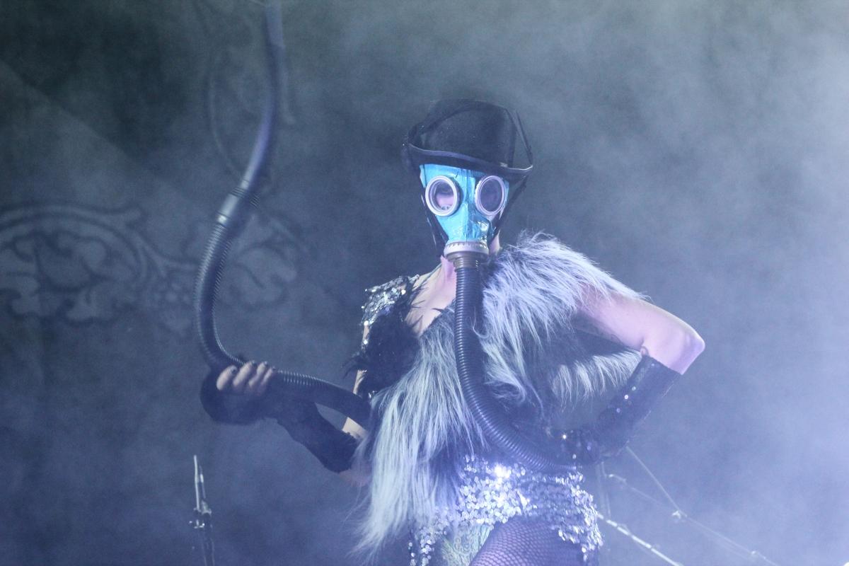 Praktisch wie immer waren die Tänzerinnen von Bonaparte gekleidet. Foto: FKP Scorpio/Bernd Zahn