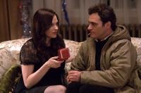 Sandra (Vinessa Shaw) himmelt Leonard (Joaquín Phoenix) an.