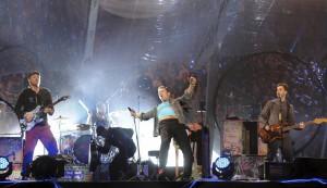 Als echte Band mit Spaß an der Suche präsentieren sich Coldplay auf der Bühne. Foto: Emi/Juanlu Vela