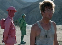 Gripweed (John Lennon) muss sich mit einem unfähigen Offizier durch Afrika kämpfen.