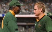 Präsident Nelson Mandela (Morgan Freeman, links) setzt seine Hoffnungen in Teamkapitän Francois Pienaar (Matt Damon).