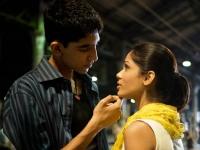 Jamal (Dev Patel) will durch einen TV-Auftritt seine große Liebe Latika (Freido Pinto) wiederfinden.