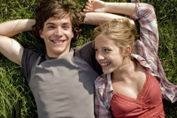 Alex (François Goeske) entwickelt eine Hassliebe zu Faye (Sarah Beck).