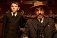 Daniel Plainview (Daniel Day-Lewis) und sein Sohn H.W. (Dillon Freasier) sind mit Öl reich geworden.