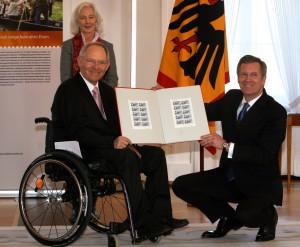 Seit 40 Jahren in der Politik, seit mehr als 20 Jahren im Rollstuhl: Wolfgang Schäuble (links, hier im jahr 2011 mit Christian Wulff). Foto: obs/BAGFW e.V.