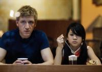 Chris (Jens Albinus) hat die kleine Jenjira (Lisa Nguyen) aus der Prostitution befreit.