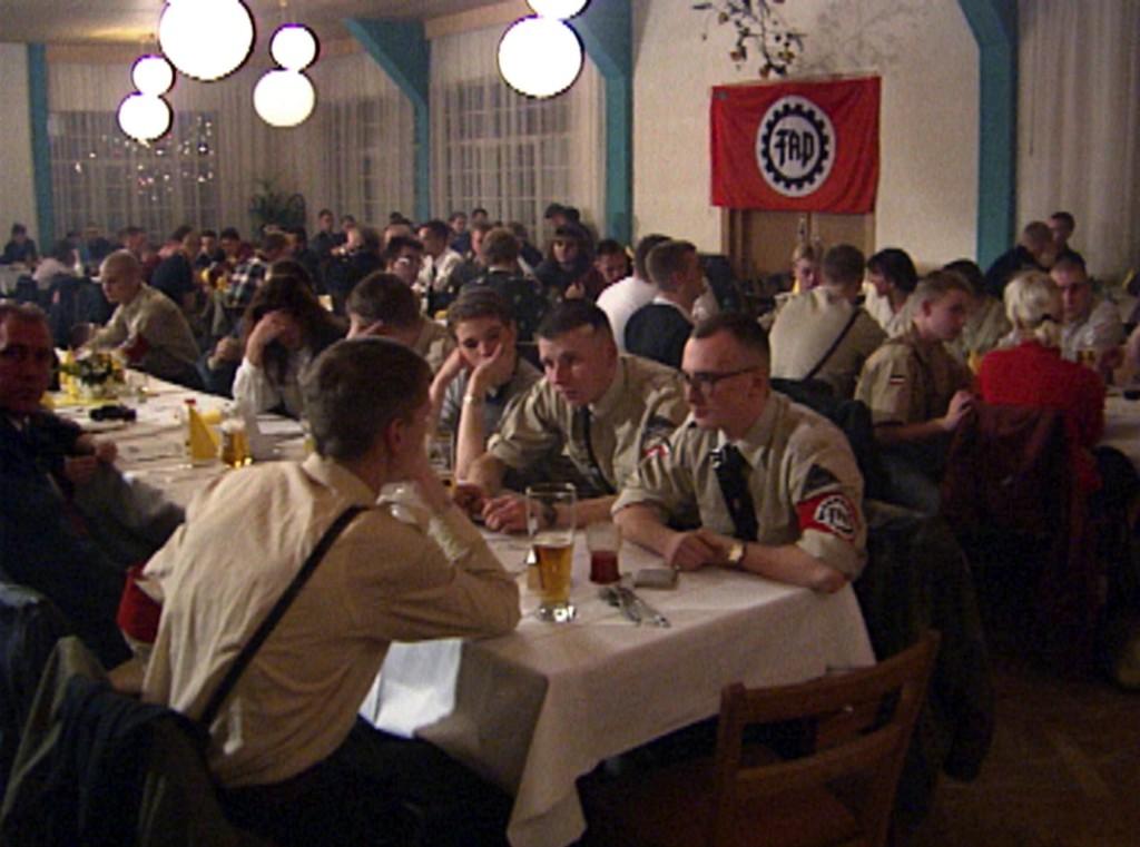 Hitlers SA schien auferstanden: Rainer Fromm filmte auch auf dem Parteitag der Neonazi-Partei FAP 1992 in Berlin. Foto: MDR
