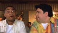 Jerry (Cuba Gooding Jr., links) und Nick (Horation Sanz) sind versehentlich auf einer Schwulen-Kreuzfahrt gelandet.