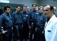 Prof. Dr. Thon (Edgar Selge, rechts) gibt den Wärtern klare Regeln mit auf den Weg.