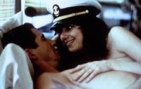 Paula (Debra Winger) verliebt sich in den Offiziersanwärter Zack (Richard Gere).