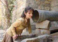 Aya (Kristýna Maléřová) will den Männern im Ort Beine machen.