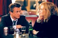 Agent Keller (Sean Penn) vertraut seiner Informantin Sylvia Broome (Nicole Kidman) nicht.