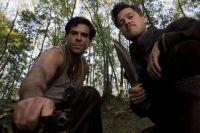 Nazis töten: Das ist der Auftrag von Donny Donowitz (Eli Roth, links) und Aldo Raine (Brad Pitt).