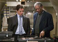 Lucius Fox (Morgan Freeman, rechts) unterstützt Bruce Wayne bei seiner Verwandlung in einen Superhelden.