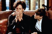 M.J. Monahan (Holly Hunter, rechts) braucht die Hilfe der Psychologin Helen Hudson (Sigourney Weaver).