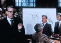 Jim Garrison (Kevin Costner) glaubt: Hinter dem Anschlag auf Kennedy steckt ein Staatsstreich.