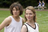 Marie (Sebastian Urzendowsky, links) und Gretel (Karoline Herfurth) werden von Konkurrenten zu Freundinnen.