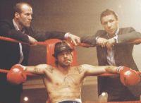 Mickey (Brad Pitt) soll Turkish (Jason Statham, links) und Tommy (Stephen Graham) aus der Klemme helfen.