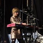 Sie ist übrigens eindeutig nicht nur Sängerin, sondern beherrscht auch Tasteninstrumente.