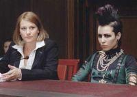 Mit ihrer Anwältin (Annika Hallin) will Lisbeth Salander (Noomi Rapace) beweisen, dass sie ein Opfer ist, keine Mörderin.