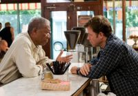 Harry Stevenson (Morgan Freeman, links) ist Stammgast im Café von Bradley Smith (Greg Kinnear).