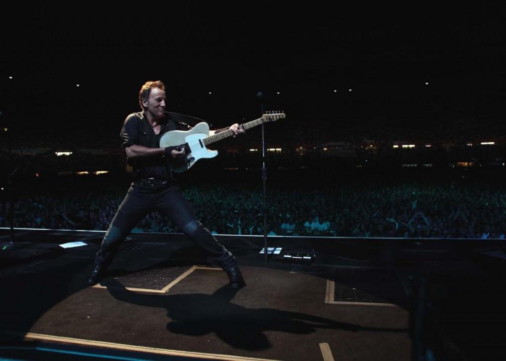 """Eindeutig: Der Boss hat die """"Elvis-Presley-Schule der Bühnenposen"""" besucht. Foto: Sony Music"""