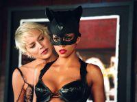 Catwoman (Halle Berry) will das Geheimnis von Firmenchefin Laurel Hedare (Sharon Stone) preisgeben.