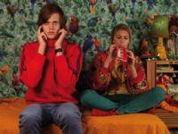 Simon (Bill Skarsgård) will Jennifer (Cecilia Forss) mit seinem Bruder verkuppeln.